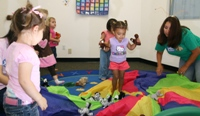 12-36mos old play with the parachute in Spanish class