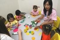 Miss Tracy's 3-5 year old Mandarin class learning animals through play-doh